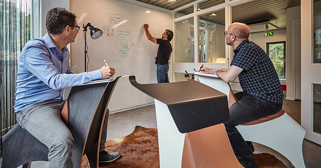 Employees of De Creatieve Afdeling brainstorming in the brainstorm room furnished with Lande furniture