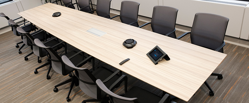 The barrel-shaped Casus table in the meeting room can accommodate 14 people.