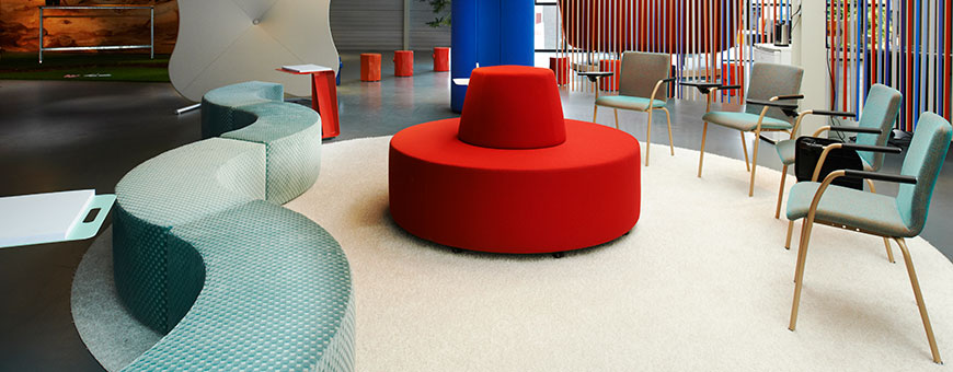 Rode Dots Donut met daarom heen de Dots Curve, Ray zaalstoelen, Tree Trunks